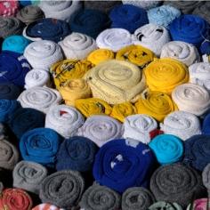 Chaussettes enroulées et assemblées en tapis
